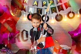 Kind met elektrische gitaar